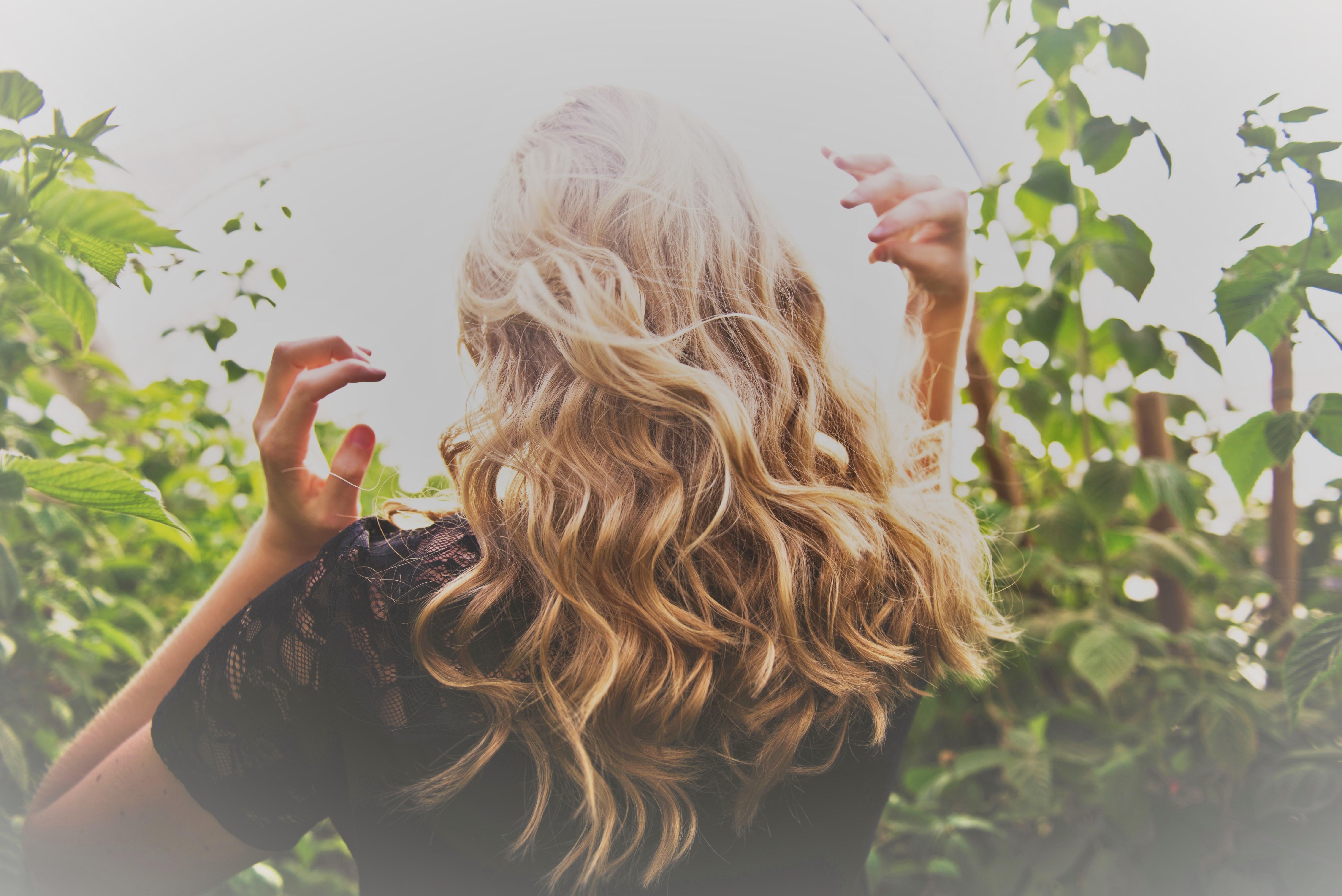 Cheveux : trois shampoings et après-shampoings pour réussir sa transition vers une routine de soins plus naturelle